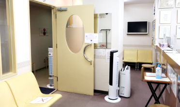 待合室入口:サーキュレーター、空気清浄機を設置
